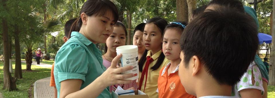 Lấy và đo mẫu nước tại Công viên Bách Thảo cho tổ chức World Water Monitoring Challenge.
