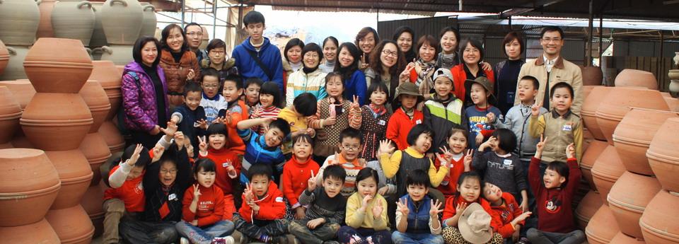 Học sinh tiểu học tham gia học thực địa tại làng gốm Phù Lãng, tỉnh Bắc Ninh