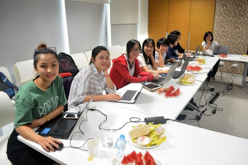 Các nữ sinh nhận học bổng Microsoft YouthSpark