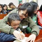 Nữ sinh tình nguyện tại trung tâm bảo trợ trẻ em